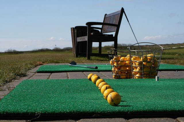 ゴルフ練習場にてボールとベンチ