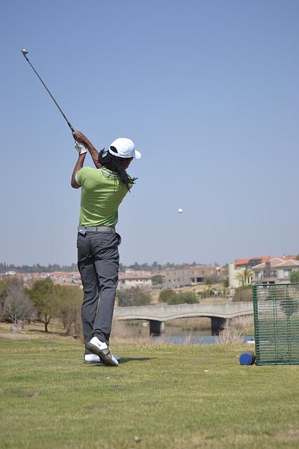 ゴルフスイングしている女性の後ろ姿