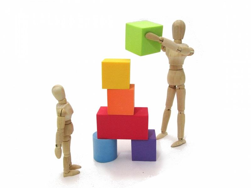 ブロックを積み上げる人形