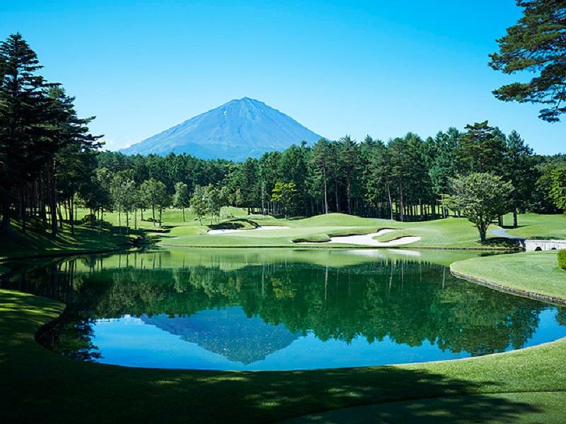 鳴沢ゴルフ倶楽部の8番ホールにある逆さ富士