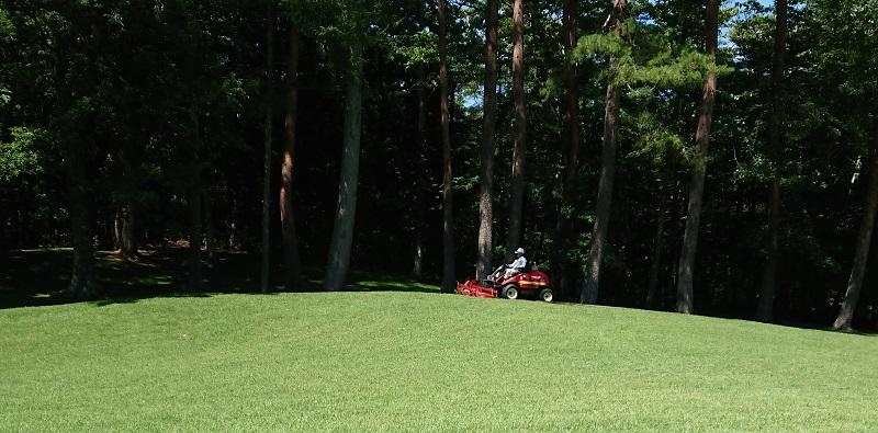 ゴルフ場手入れの様子