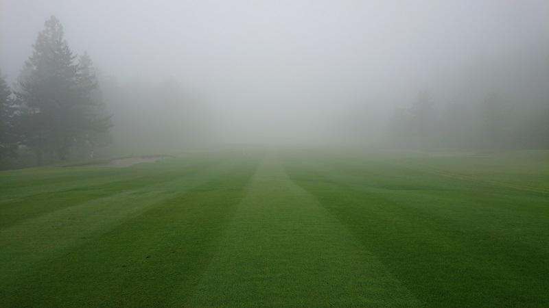 霧がすごいフェアウェイ