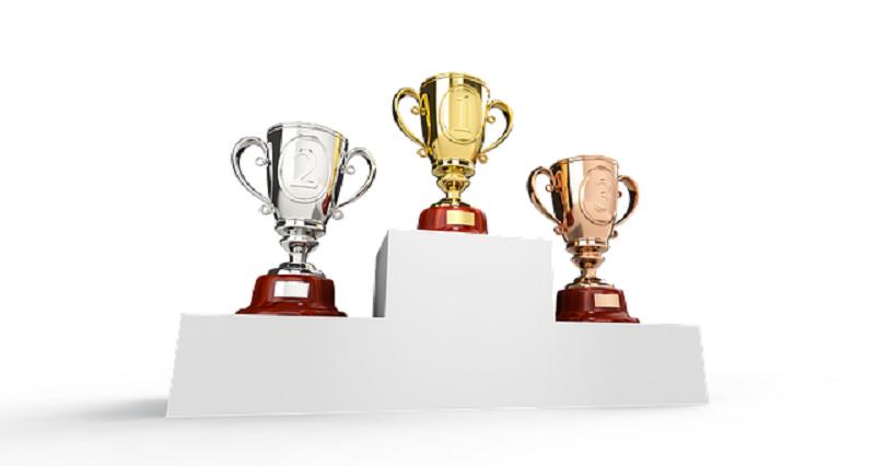 表彰台に表彰カップ