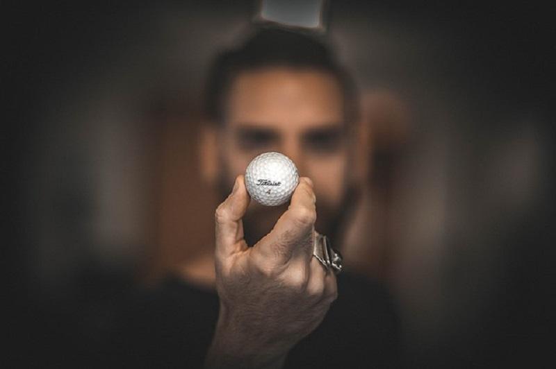 ゴルフボールを持つ男性